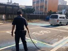 相關圖檔說明:車禍意外漏機油、熱心警協助清除,圖片總數共1張