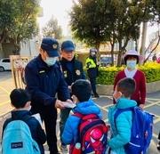 相關圖檔說明:新湖警開學首日、執行護童專案,圖片總數共4張